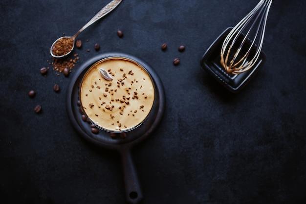 Dalgona coffee, een trendy coole luchtige romige geklopte koude koffie