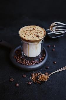 Dalgona coffee, een trendy koele luchtige romige slagroomkoffie