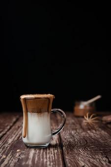 Dalgona ijskoffie op neutrale achtergrond