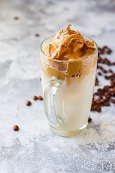 Dalgona koffie-ijsdrank