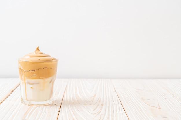 Dalgona-koffie. ijzige luchtige romige slagroom trenddrank met koffieschuim en melk. t