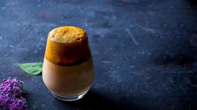 Dalgona koffie in een glas