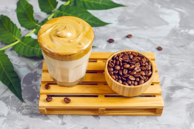 Dalgona-koffie. luchtige, romige, opgeklopte trenddrank met koffieschuim en melk.