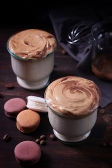 Dalgona-koffie met bitterkoekjes