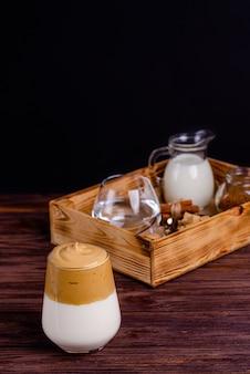 Dalgona koffie met ingrediënten voor de bereiding in een doos