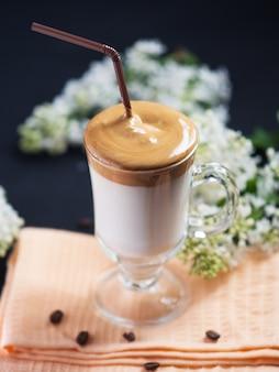 Dalgona koffie. zacht geklopte instantkoffie met koude melk en suiker. trendy drankje