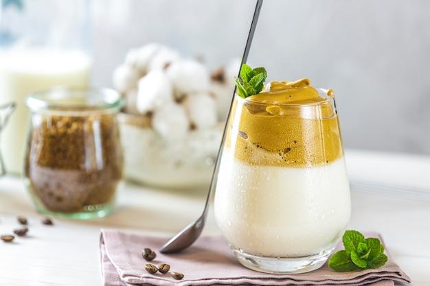 Dalgona schuimige koffietrend koreaans drink latte espresso met koffieschuim in hoog glas