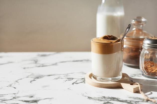 Dalgonkoffie in het zonlicht op een marmeren achtergrond