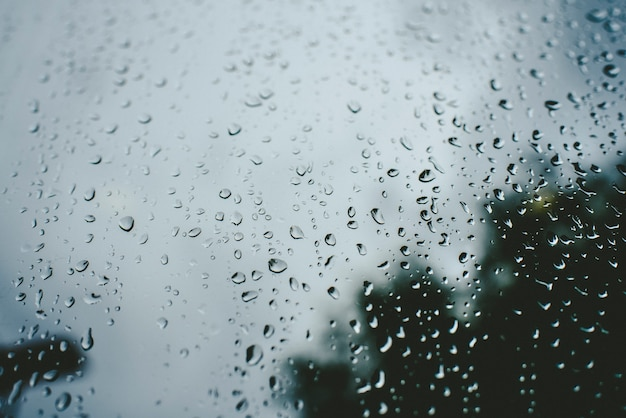 Dalingen van regen op een de herfstdag op een glas.