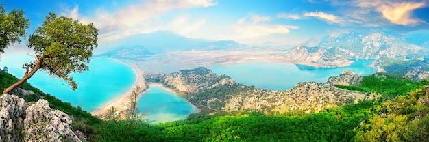 Dalyan-rivier en iztuzu-schildpaddenstrand in egeïsche mijn onder blauwe luchten. panorama