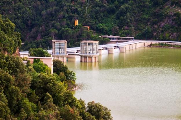 Dam bij ter rivier. sau reservoir