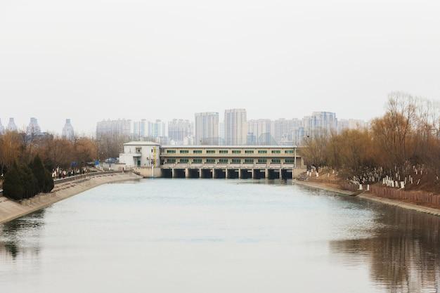 Dam die kanaal in stedelijke stad kruist
