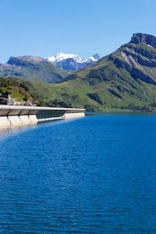 Dam in de bergen