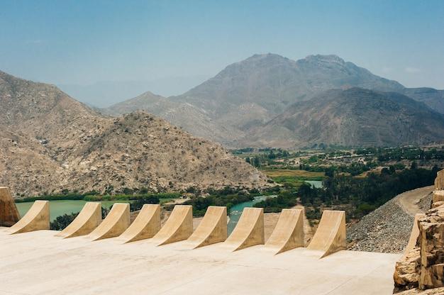 Dam met minder water door droogte. watertekorten van waterbergingsdammen.