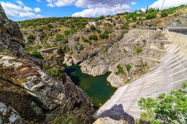 Dam van een waterreservoir in de provincie madrid, hoge val door hoogteverschil. atazar,