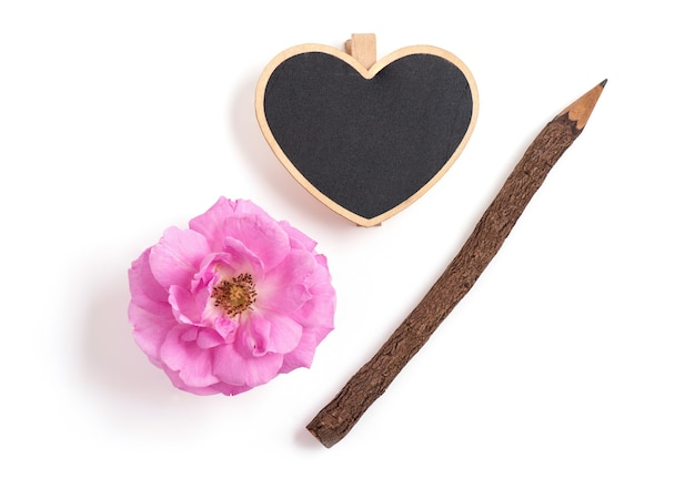 Damast roze bloemen, potloden en borden geplaatst geïsoleerd op wit