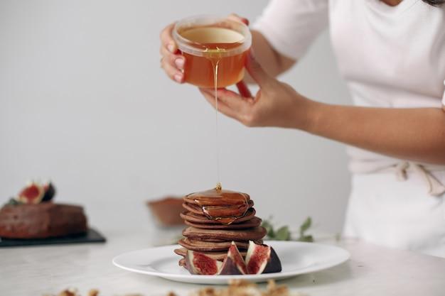 Dame bereidt dessert voor. banketbakker bakt pannenkoeken. vrouw gekookt voedsel.