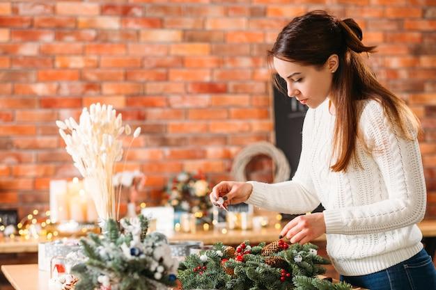 Dame bezig met kerstversiering.
