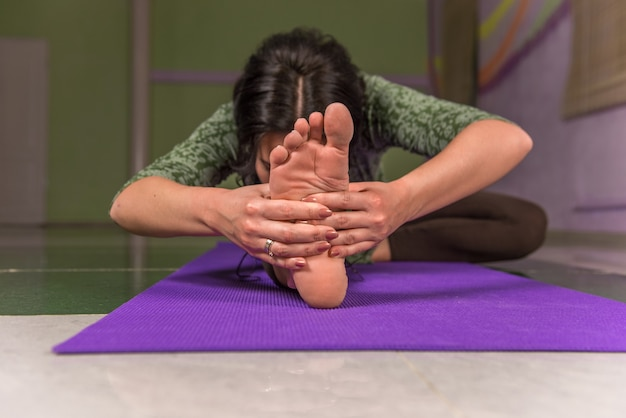 Dame demonstreert yogaposities