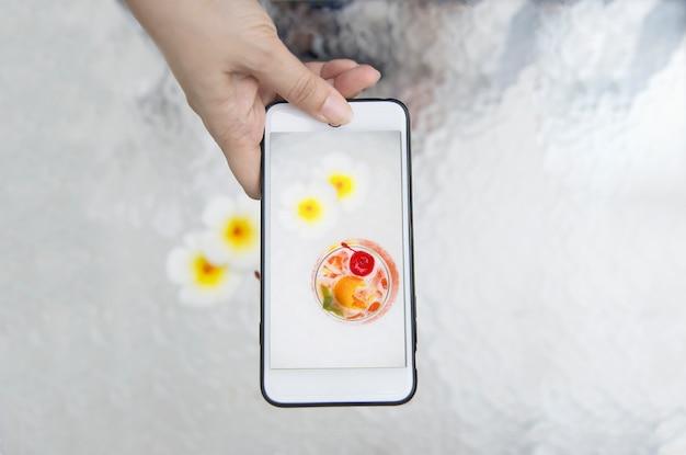 Dame die foto van de naam mai tai of mai thai van de cocktailrecept nemen wereldwijd gunstcocktail