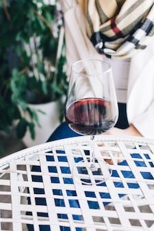 Dame die haar glas rode wijn in een wineshop drinkt