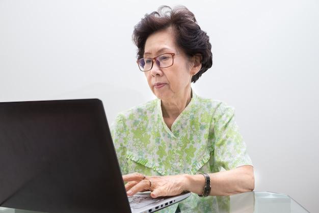Dame die met laptop werkt, die met laptop werkt