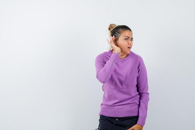 Dame die privégesprek afluistert in wollen blouse en nieuwsgierig kijkt