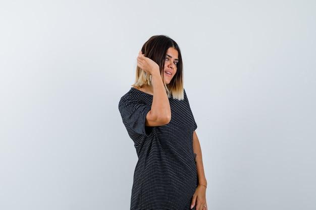 Dame die privégesprek in zwart t-shirt afluistert en nieuwsgierig kijkt. vooraanzicht.