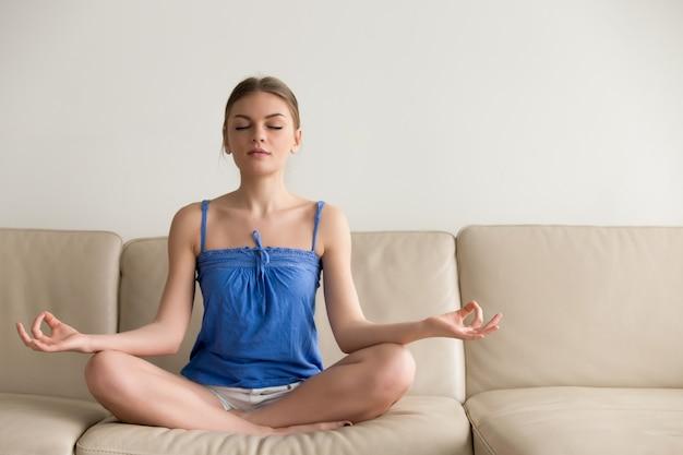 Dame die yogaoefeningen thuis in ochtend doet