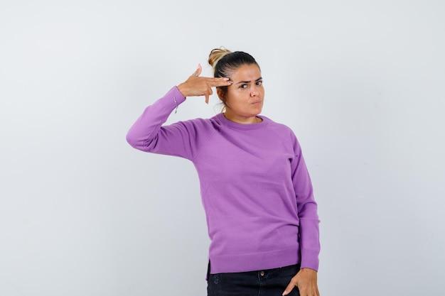 Dame die zelfmoordgebaar maakt in wollen blouse en er hatelijk uitziet
