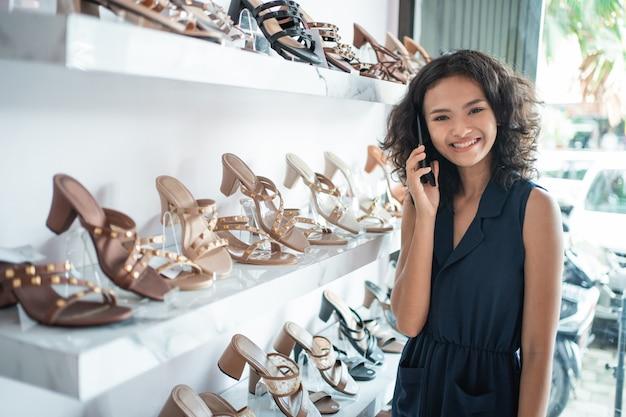 Dame die zich in de boutique van de schoenenwinkel binnen bevinden