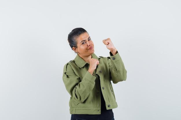 Dame die zich in strijd bevindt stelt in jasje