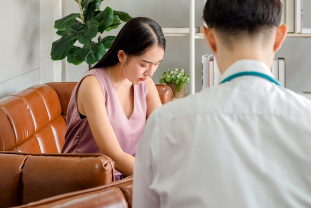 Dame geestelijke patiënt praten met een jonge dokter