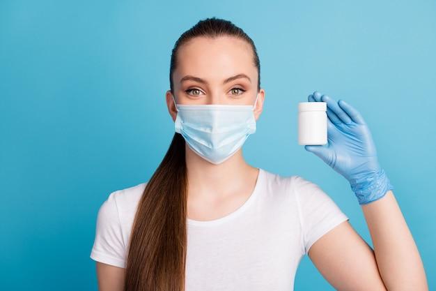 Dame houd fles pijnstillers capsule pillen draag latex handschoenen beschermen gezichtsmasker t-shirt