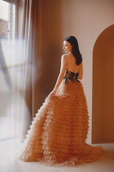 Dame in avondjurk. elegante vrouw in lange jurk.