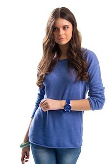 Dame in blauwe trui. denim broek en blauw horloge. comfortabel dragen voor de lente. betrouwbaar sporthorloge.