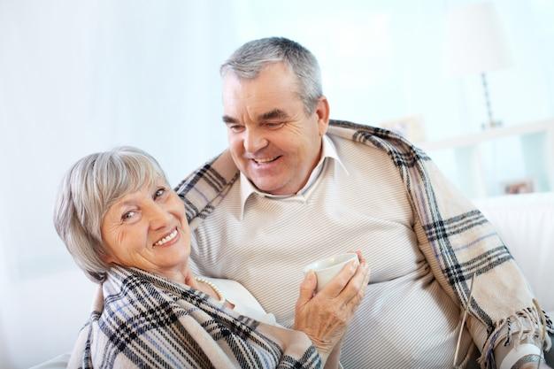 Dame lachen met haar echtgenoot