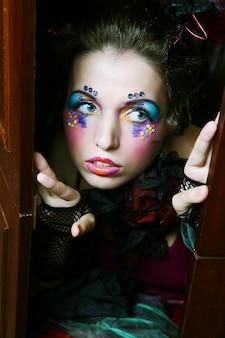 Dame met artistieke make-up. pop stijl.