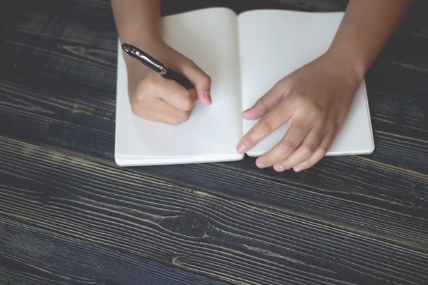 Dame met pen, het is net een briefschrijver. creatief idee van werk