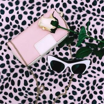Dame mode set. koppeling en stijlvolle zonnebril. pastelkleuren trend. dierenprint