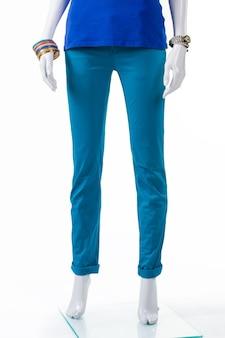 Dames effen turquoise broek. mannequin met gevouwen turquoise broek. modieuze broek voor het voorjaar. nieuwe kleding uit de voorjaarscollectie.