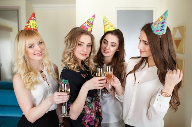 Dames feliciteren vriend met zijn verjaardag.