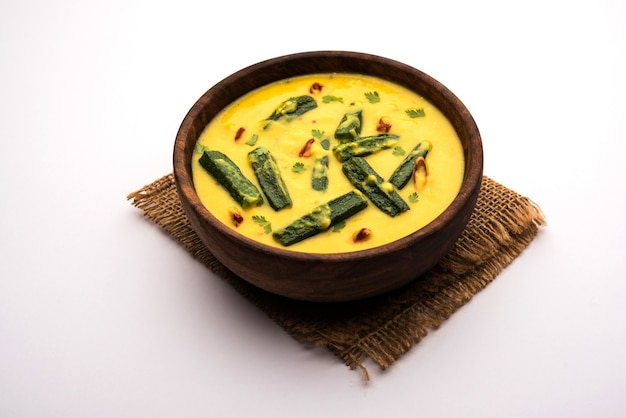 Dames finger of bhindi curry of okra masala jus. selectieve focus