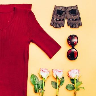 Dames garderobe. gebreid vest, leren handschoenen. vrijetijdskleding. zonnebril