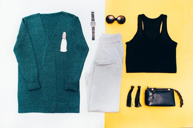 Dames garderobe. gebreid vest, oorbellen, tas. vrijetijdskleding.