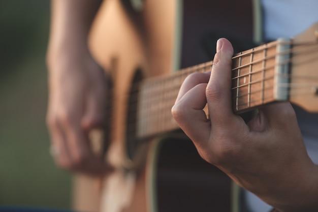 Dames handen akoestische gitaar spelen muziekinstrument voor recreatie of hobby passie concept
