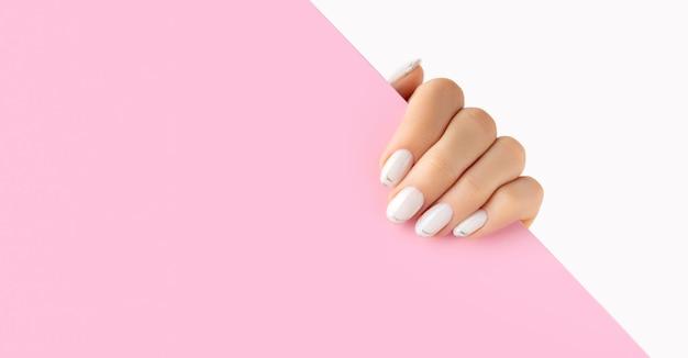Dames handen met trendy witte franse manicure