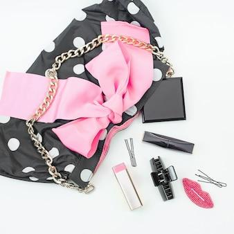 Dames handtas voor posters met decoratieve cosmetica.