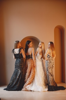 Dames in avondjurk. elegante vrouwen in lange jurk.