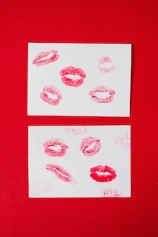 Dames lippen lippenstift kus print set voor valentijnsdag en liefde collectie op wit papier op rood. de vorm van de lip make-up glans monster uitstrijkje.